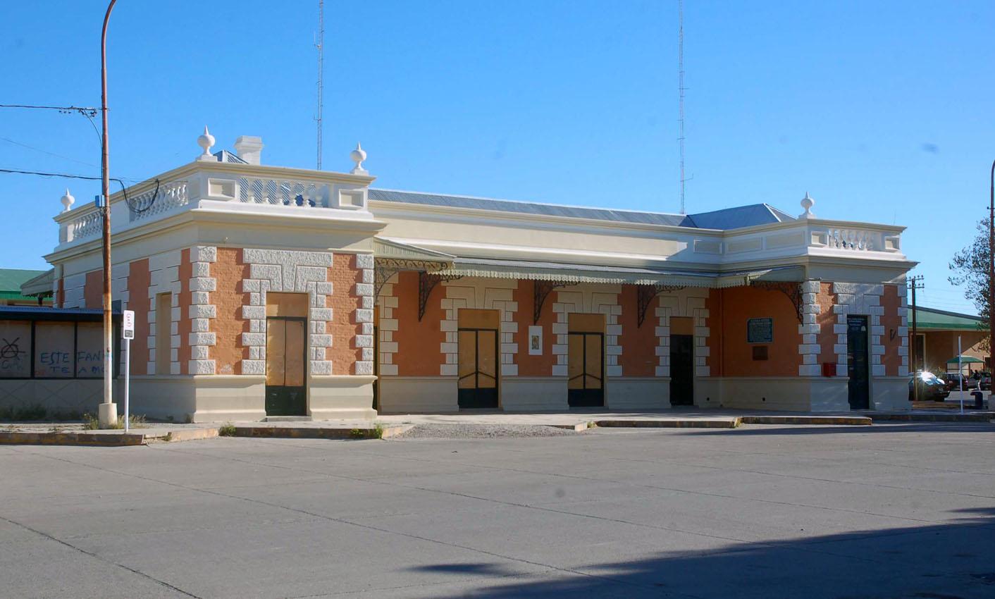 Centro de Estudios Historicos de Puerto Madryn ( 1ro de Marzo y Nefyn - tel 4471777 )